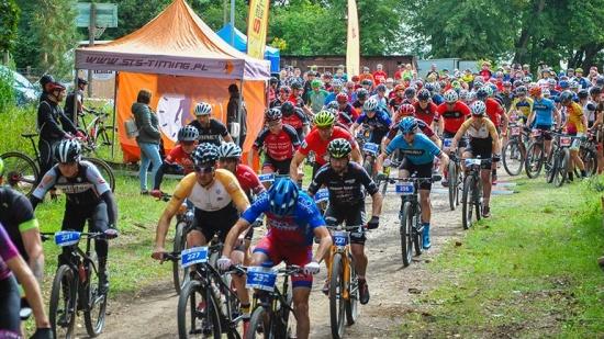 Zdjęcie przedstawiające start kolarzy uczestniących w zawodach